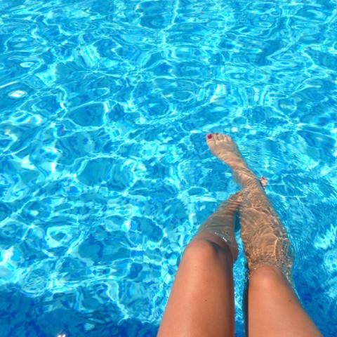 Swimmingdipping on pool